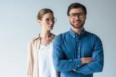 Fotografie muž a žena ve stylovém oblečení a brýle izolované na bílém