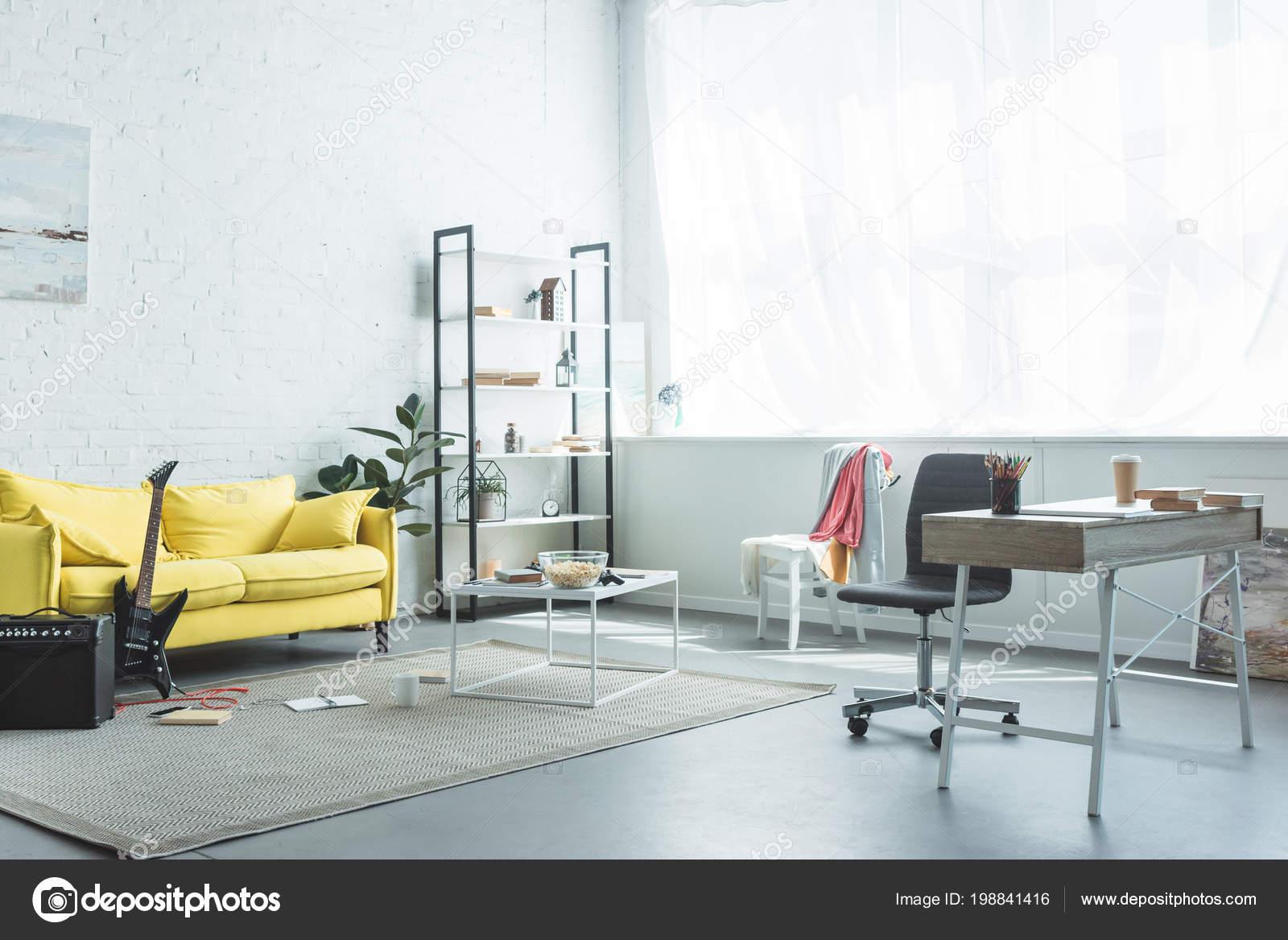 Intérieur chambre moderne avec café pour aller livres sur bureau