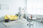 interiér moderní obývací pokoj s pohovkou a elektrická kytara
