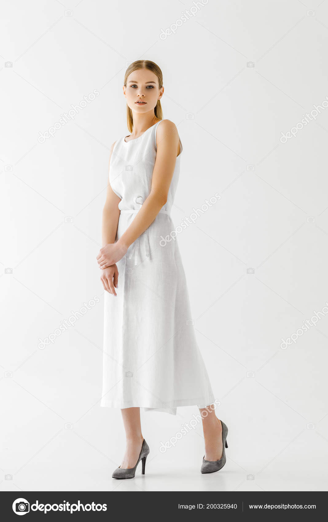 20cc33b0c8 Bela Modelo Feminino Vestido Branco Linho Posando Isolado Fundo Cinza —  Fotografia de Stock