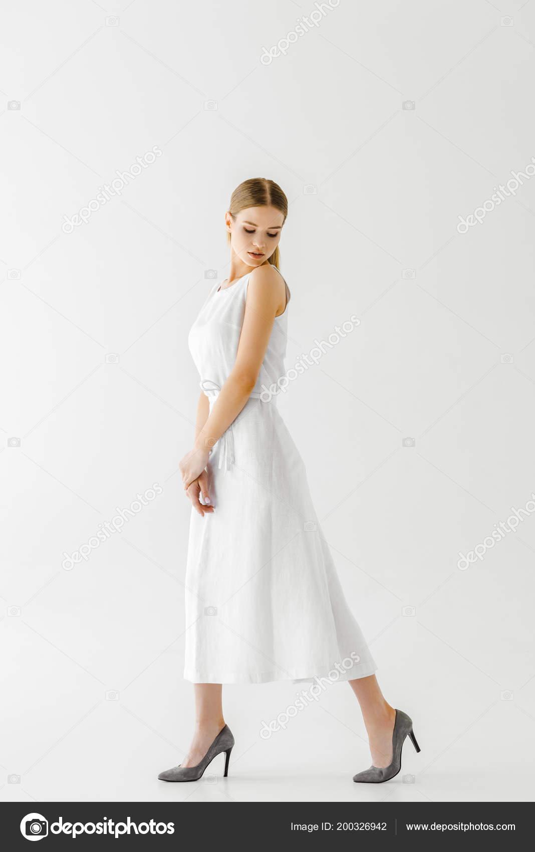 2af1c55d8a Jovem Modelo Feminino Vestido Branco Linho Posando Isolado Fundo Cinza —  Fotografia de Stock