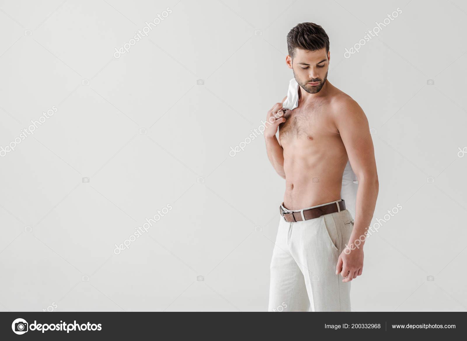 3ef5ae82 Hombre Guapo Topless Posando Con Camiseta Hombro Aislado Sobre Fondo ...