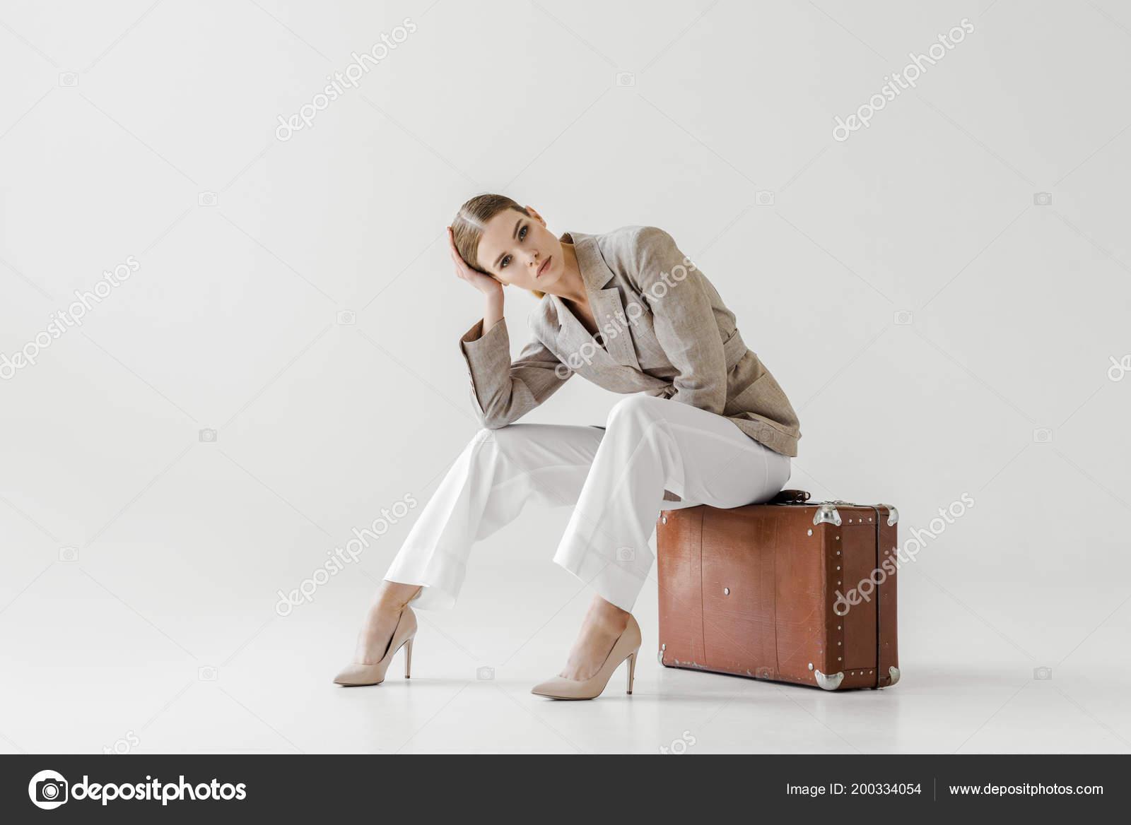 Giovane Modello Femminile Elegante Giacca Lino Seduto Sulla