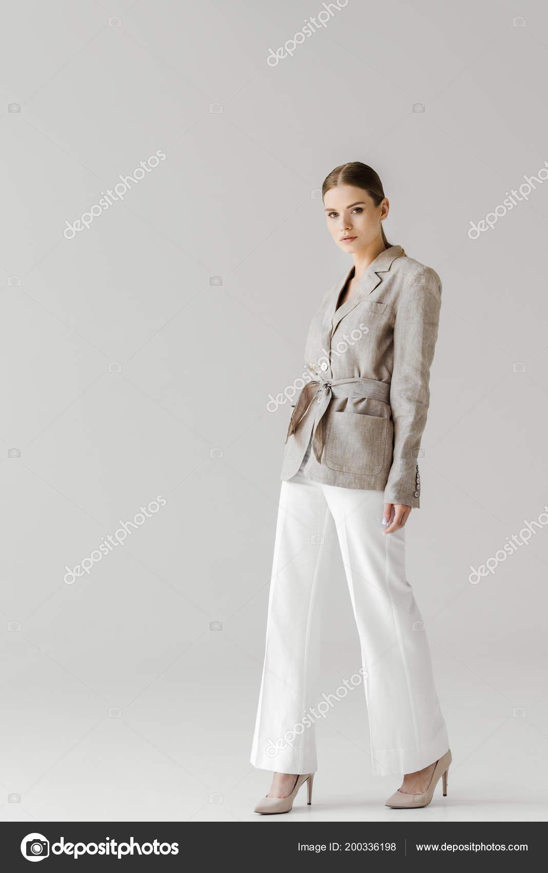 81a8d5220b6d Ελκυστική Νεαρή Γυναίκα Vintage Ρούχα Λευκό — Φωτογραφία Αρχείου ...