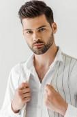 portrét pohledný muž v lněné oblečení izolované na šedém pozadí