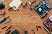 Fotografia vista superiore di riparazione strumenti e microschemes sulla tavola di legno
