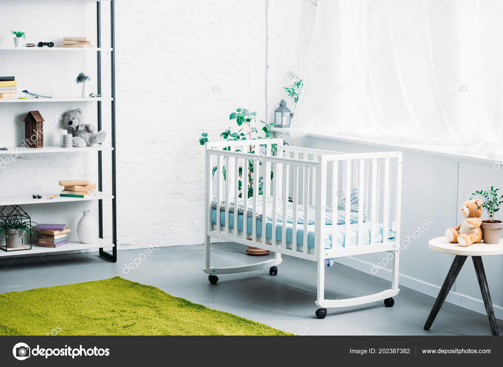 Interieur van moderne lichte kinderkamer met wieg u2014 stockfoto
