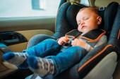 Sladké dítě spí v dětské autosedačky v autě