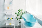 Plastová dětská vana na stojanu v bílé moderní pokoj