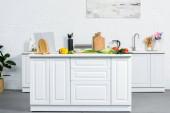 Fotografia verdura matura sul bancone della cucina in cucina moderna luce