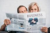 šťastný pár vysokých čtení obchodní noviny dohromady doma