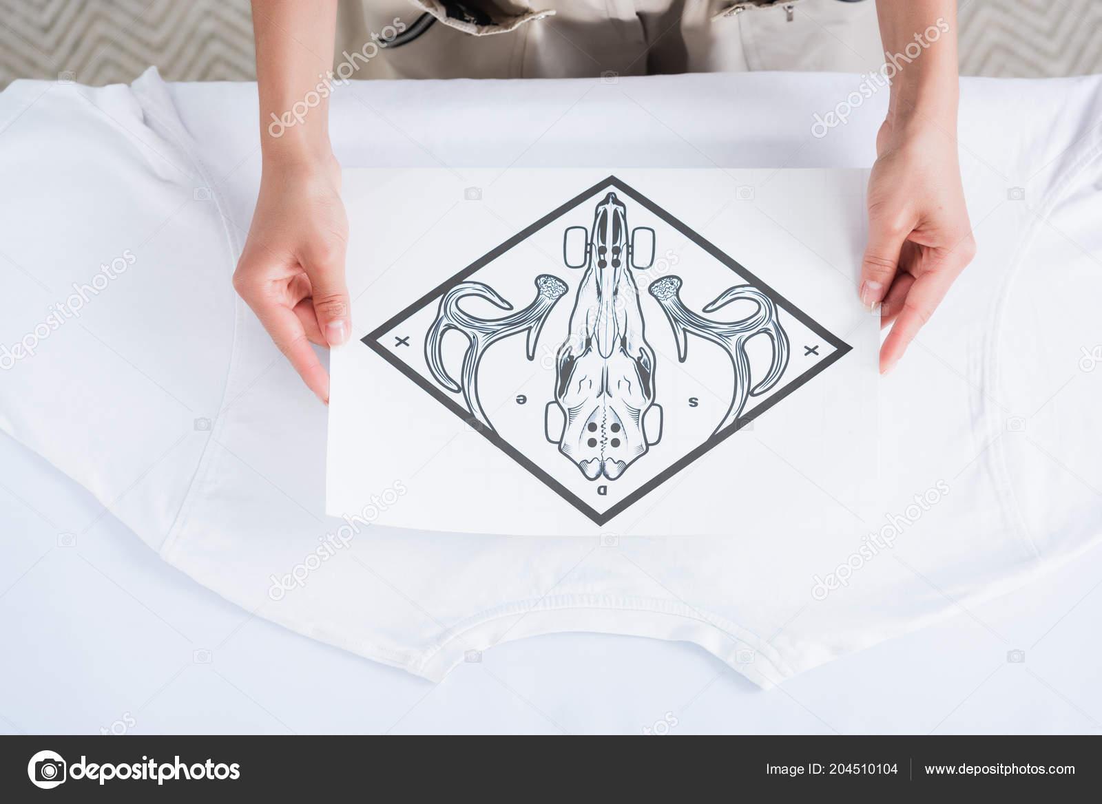 Περικομμένη εικόνα Γυναικεία σχεδιαστή μόδας επιλέγοντας Εκτύπωση για κενή λευκή  μπλούζα — Εικόνα από AndrewLozovyi 3d4076ffc6b