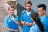 pohled z vysoké úhlu multikulturní mediků stojící vedle lékařské univerzity