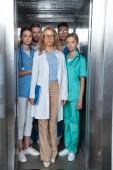 Fényképek tanár és többnemzetiségű hallgatók állt a lift, orvosi Egyetem