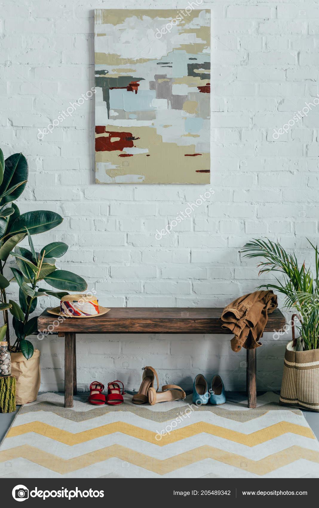 Différentes Chaussures Sous Banc Bois Dans Couloir Maison