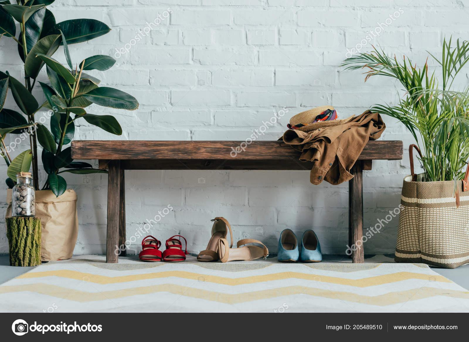 5ae794756d Γλάστρες Διαφορετικά Παπούτσια Κάτω Από Ξύλινο Πάγκο Στο Διάδρομο Στο —  Φωτογραφία Αρχείου