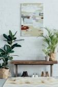 interiér lehké moderní chodby v bytě s hrnkové rostliny