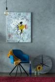 modré židle a moderní malby na stěně v kanceláři