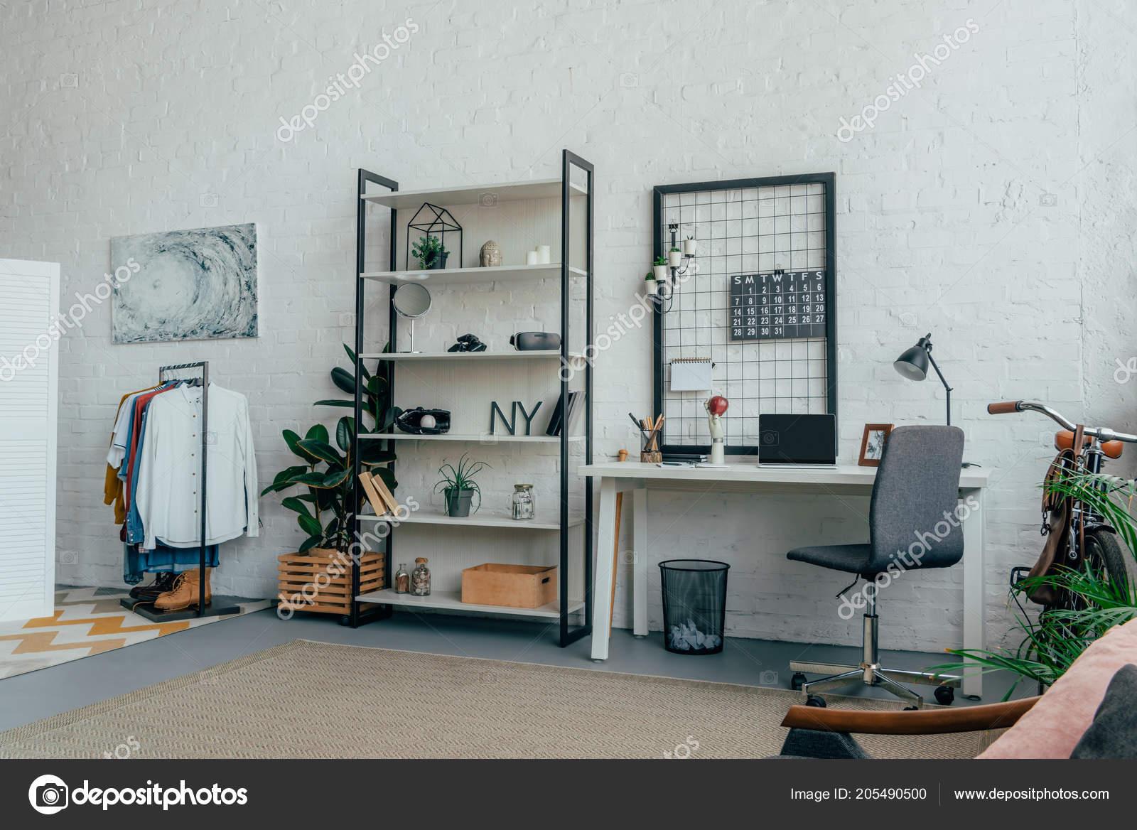 Interior Moderna Sala Estar Con Ropa Perchas Portátil Mesa — Fotos de Stock cee7e8d2e8cf