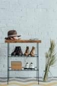 různé boty pod dřevěné lavice v chodbě doma