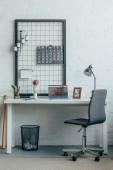 Přenosný počítač s načtené couchsurfing stránkou na stůl v moderní kanceláři