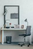 Přenosný počítač s stránky načtené youtube na stůl v moderní kanceláři