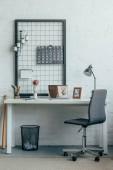 Přenosný počítač s načtené vstupenky online na stránce na stůl v moderní kanceláři
