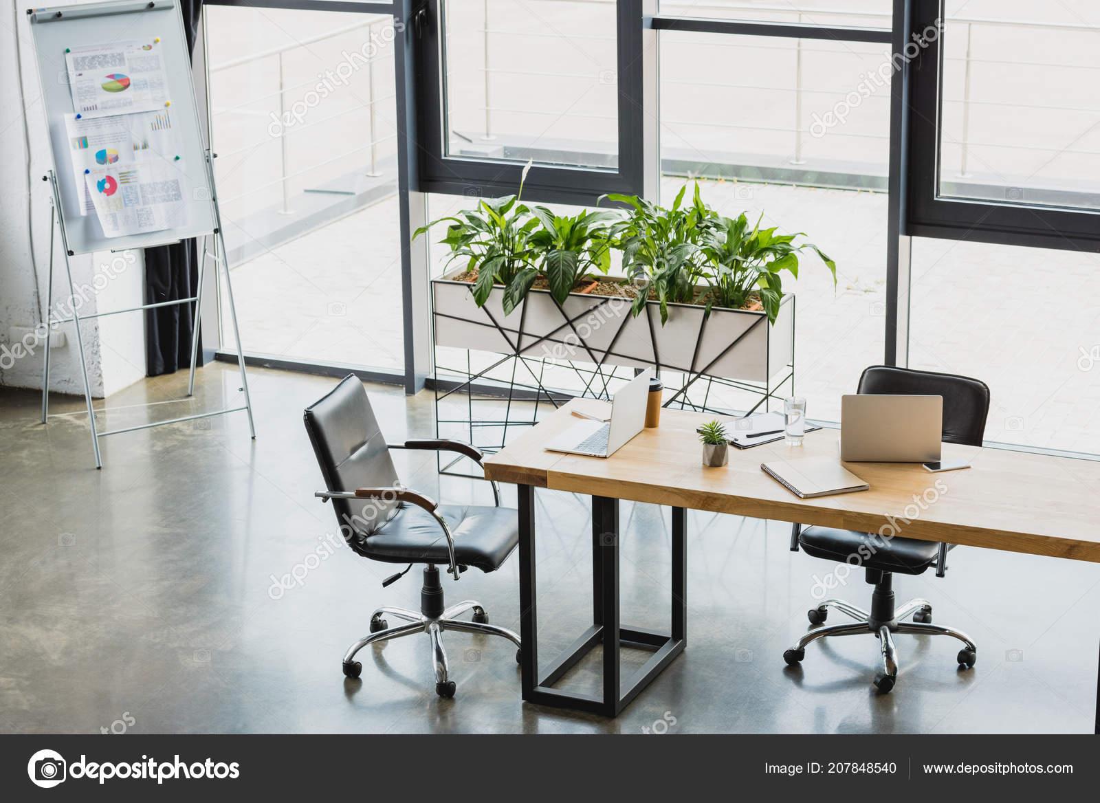 Vue grand angle intérieur bureaux modernes avec les tableaux