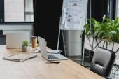 laptopok, smartphone és kávét, hogy megy a fából készült asztal, iroda