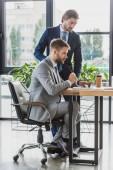 Fotografie zaměřil mladí podnikatelé pracují společně v kanceláři