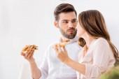 portrét mladého páru jíst pizzu doma