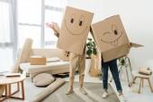 zakryt pohled páru s kartony na hlav v novém domě, přesun domů concept