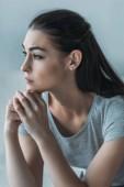 Ritratto di giovane donna triste frustrata in depressione, sedentesi ed osservante via