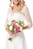oříznutý snímek usměvavá nevěsta drží kytici izolované na bílém