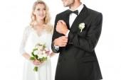 oříznutý snímek krásná mladá nevěsta a ženich izolované na bílém