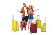 s úsměvem novomanželský pár s uspořádány kufry kolem izolovaných na bílém
