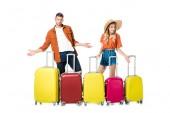 Novomanželský pár s uspořádány kufry kolem izolovaných na bílém