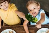 vysoký úhel pohledu rozkošný šťastné děti drží vidlice s brokolicí