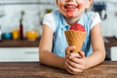 Oříznout záběr rozkošný šťastné dítě drží lahodné zmrzliny