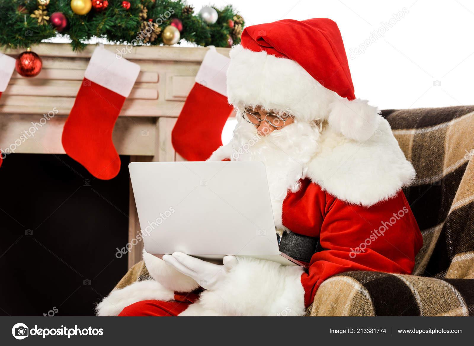 Concentré Santa Claus Utilisant Ordinateur Portable Assis Dans