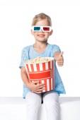 a 3D-s szemüveg és popcorn mutatja a hüvelykujjával felfelé a elszigetelt fehér kölyök