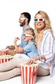 a család eszik popcorn elszigetelt fehér oldalnézete