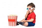 eszik a pattogatott kukorica és a 3D-s szemüveg elszigetelt fehér fiú
