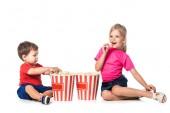 Kinder mit Popcorn und 3D-Brille isoliert auf weiss