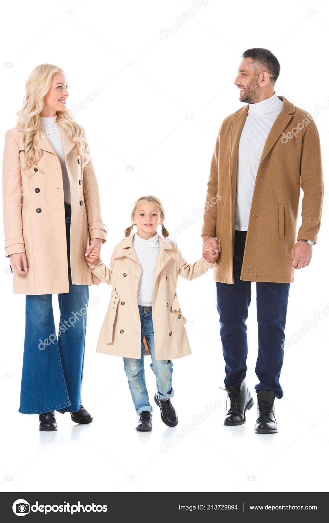 02ad055f1ee Krásné Rodiče Drželi Ruce Dcerou Pózuje Béžové Podzimní Kabáty ...
