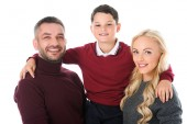 šťastná rodina, objímání se synem v podzimní oblečení, izolované na bílém