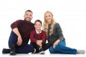Fotografie rodiče a syna v podzimní outfit se usmívá na kameru, izolované na bílém