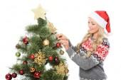 atraktivní žena, zdobení vánočního stromu, izolované na bílém