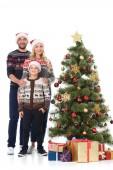 rodina se synem stojící poblíž vánoční stromeček s dárky, izolované na bílém