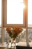 zblízka pohled na krásnou kytici květin, stojící u okna